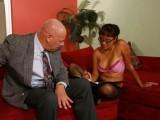 Vidéo porno mobile : L'assistante prend son pied avec son boss!